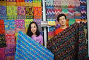Ariawan dan istrinya menunjukkan koleksi batik printing motif Nusantara di konter Batik Raja Jl Thamrin, Semarang Tengah.