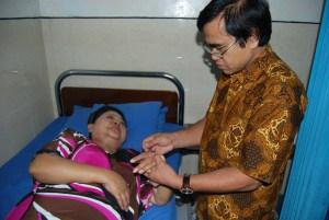 Pakar akupuntur Prof Dr HD Haryoko Akp PhD melakukan terapi akupuntur di beberapa bagian tubuh artis keroncong Waljinah, beberapa waktu lalu.