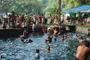 Tradisi mandi dan kungkum di Sumber Air Senjoyo