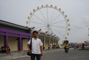 Mejeng berlatarbelakang wahana Wisata Edupark Yogyakarta