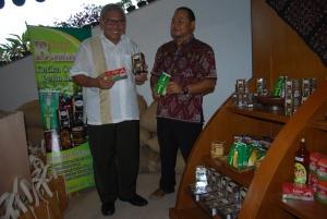 Dirut PTPN IX Jateng, Adi Prasongko (kiri) dan General Manager Banaran Resto, Petrus Budiman, di stan displai produk Banaran Resto Komplek Edupark Yogyakarta.