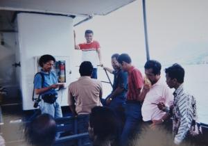 Andy F Noya (kir) sambil wawancara Barnabas Suebu (tengah). Almarhum bapak di tengah sedang berdiri)