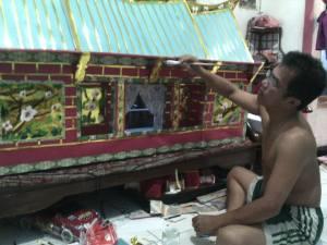 Membuat miniatur rumah untuk tradisi Cao Kung Tek